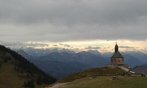 Blick vom Wallberg zur Zugspitze (links der Zweizack neben der Kapelle).