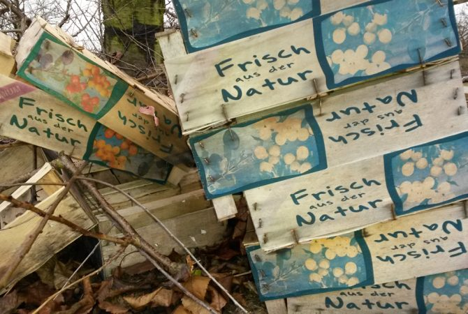 """Obstkisten mit Aufschrift """"Frisch aus der Natur"""""""