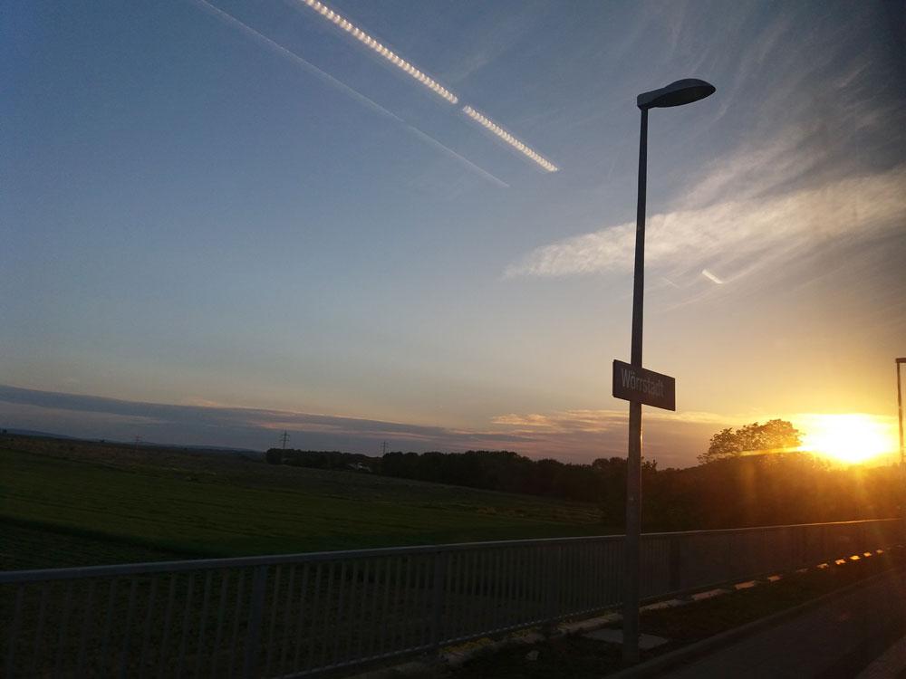 Der erste Zug fährt um 5.07 Uhr. Ende Mai geht die Sonne um 5.30 Uhr auf. Da stand mein Zug gerade mal in Wörrstadt.
