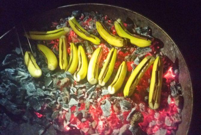 Auch das Dessert bereitet Förster Gass auf offenem Feuer zu. Bananen mit Schocki.