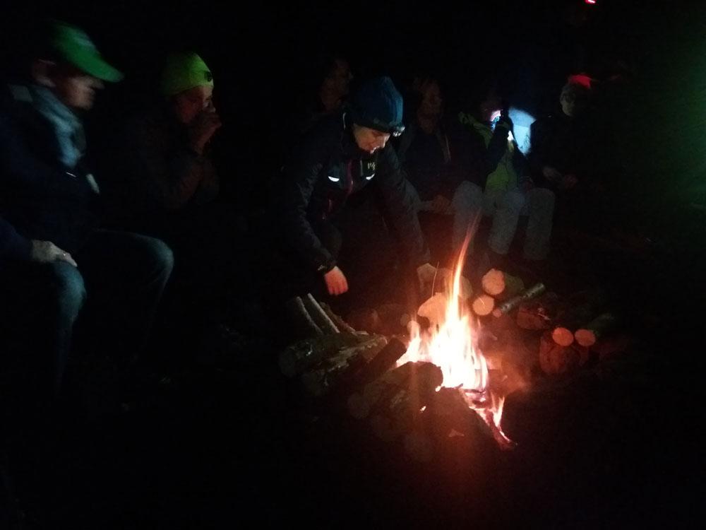 Lagerfeuerromantik um Mitternacht im Pfälzer Wald.