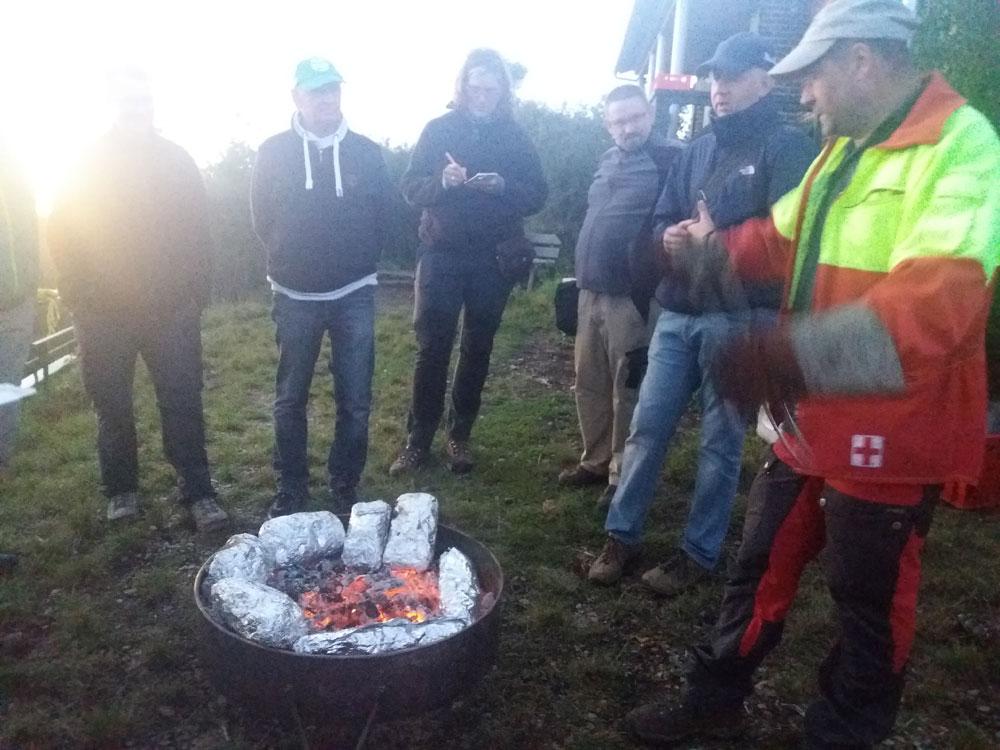 Förster Gass kocht auf offenem Feuer.