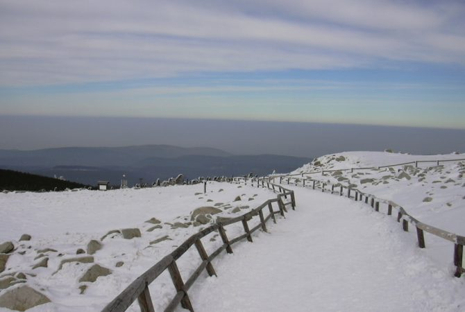 Schneebedeckter Weg in den Bergen