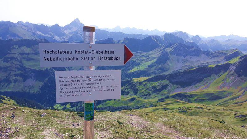 Klettersteig Hindelang : Hindelanger klettersteig. schild am 1. notausstieg.