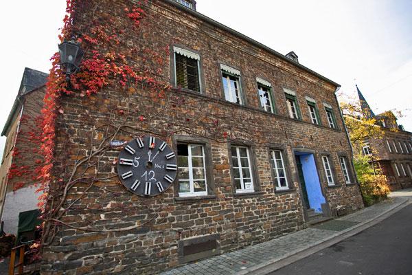 Typisches Haus an der Terrassenmosel. Aus Grau-Wacken gemauert mit Schiefer gedeckt.