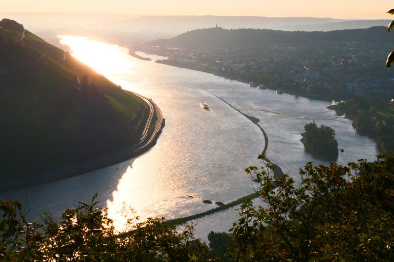 Sonnenaufgang über dem Rhein.