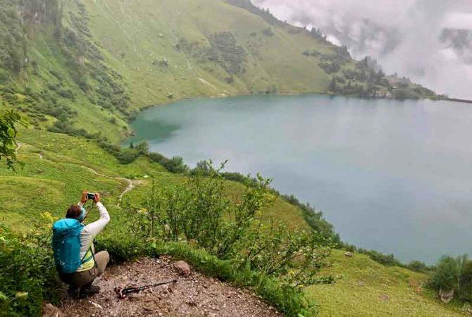 Heike fotografiert einen Bergsee. Foto: Allgäupix, Björn Arndth