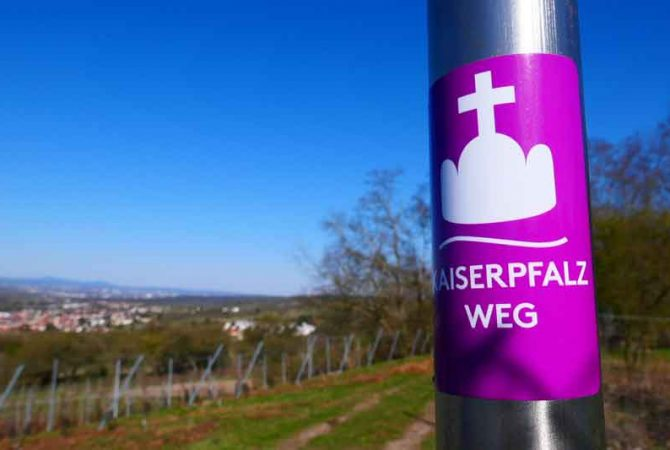 Wegmarke Kaiserpfalzweg bei ingelheim am Rhein