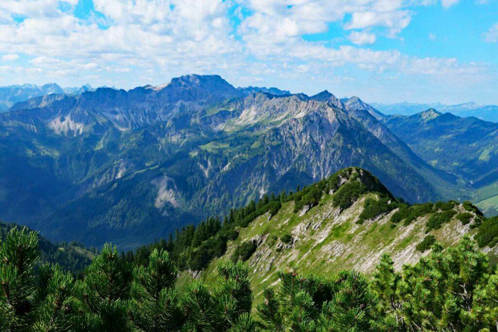 Blick vom Iseler Gipfel zum Westgrat des Westlichen Wengenkopfs, Großer Daumen und Breitenberg. Route des Hindelanger Klettersteigs. verläuft.