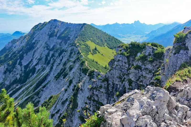 Blick vom Iseler Gipfel zur Kühgundspitze.